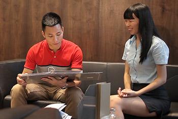 创高职员与客户交谈中